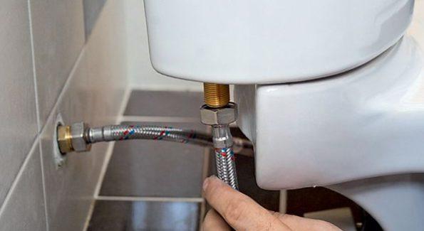 Место подсоединения водопровода к бачку унитаза.