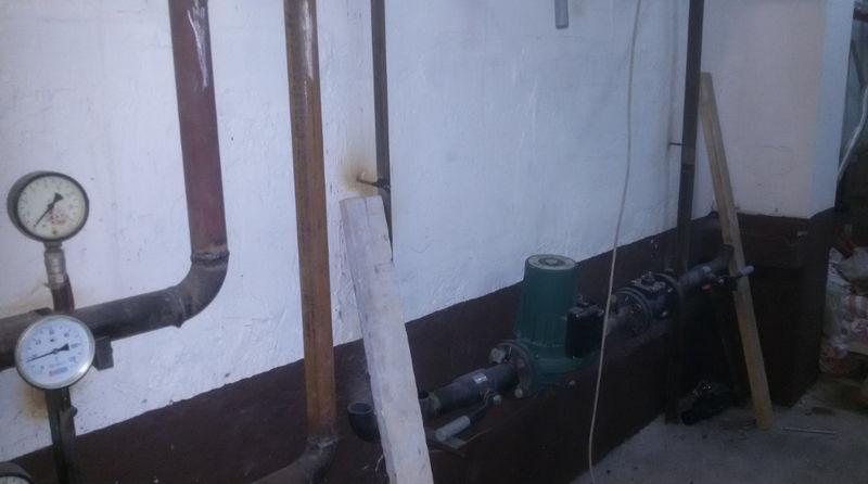 Изготавливаем раму и устанавливаем на ней заготовку с насосом и двухходовым клапаном.