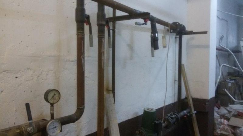 Забрасываем на раму трубу подачи с установленными на ней грязевиком и запорной арматурой.