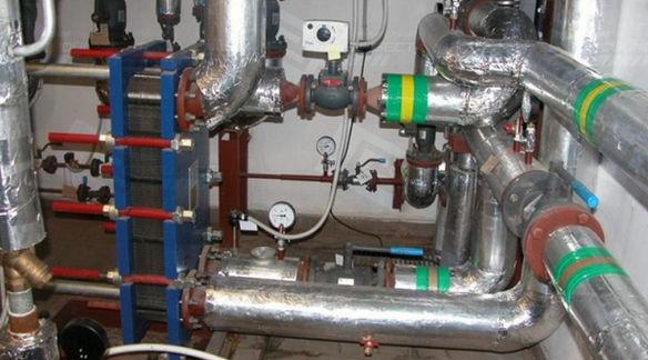 На трубопровод наносятся предупреждающие цветные кольца.
