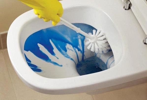 Очистка унитаза средствами из магазина - самый удобный способ.