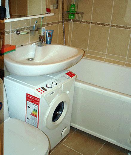 Компактное решение - стиралка под умывальником.