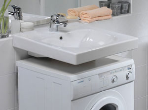 Раковина над стиральной машинкой.