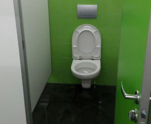 Подвесной унитаз в общественном туалете.