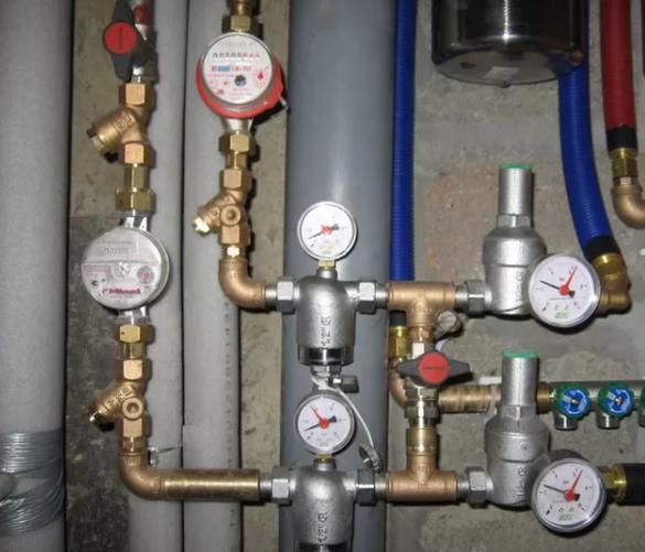 Манометры на водопроводной разводке.