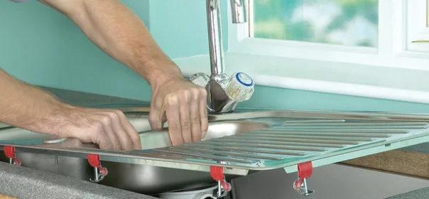 Установка врезной мойки на кухне