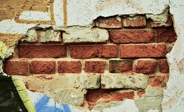 Кирпичная стена в старой штукатурке