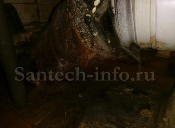 Место соединения унитаза с канализацией.