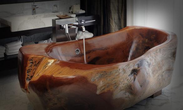 Ванна из цельного массива дерева.