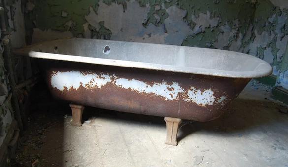 Советская чугунная ванна.
